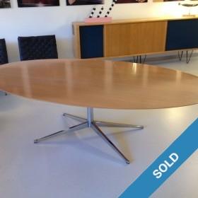 Knoll Tisch mit Ahornplatte