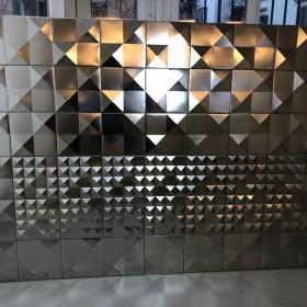 Chromstahl-Wand im Bond Style